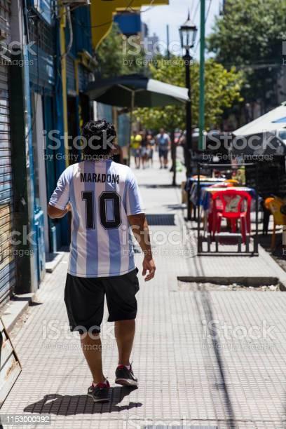 Man With Diego Armando Maradona Dress At Caminito Street In La Boca Buenos Aires Argentina — стоковые фотографии и другие картинки Diego Maradona
