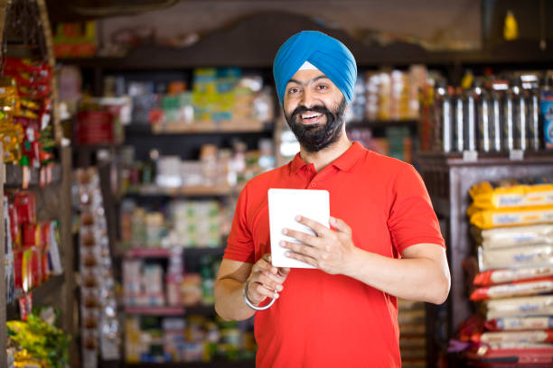 Mann mit digitalem Tablet im Lebensmittelgeschäft – Foto