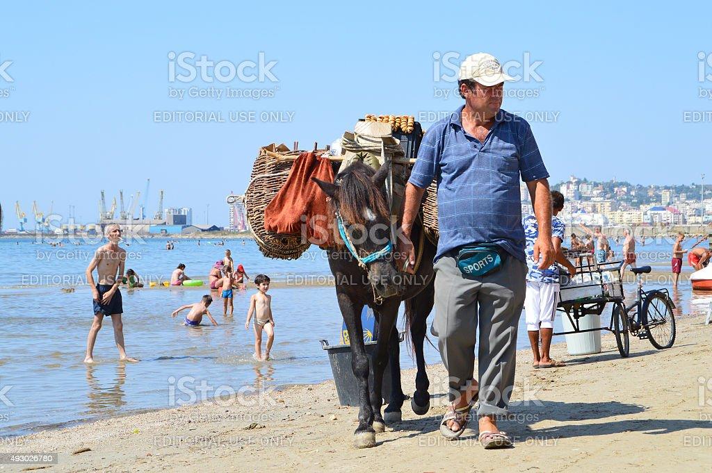 Hombre con burro ventas Higos en la playa de Durres - foto de stock