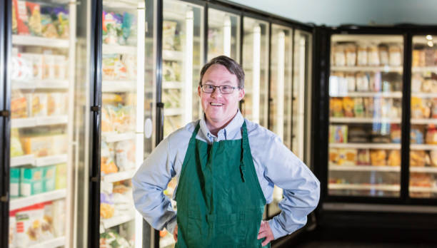 Mann mit Down-Syndrom arbeitet im Supermarkt – Foto