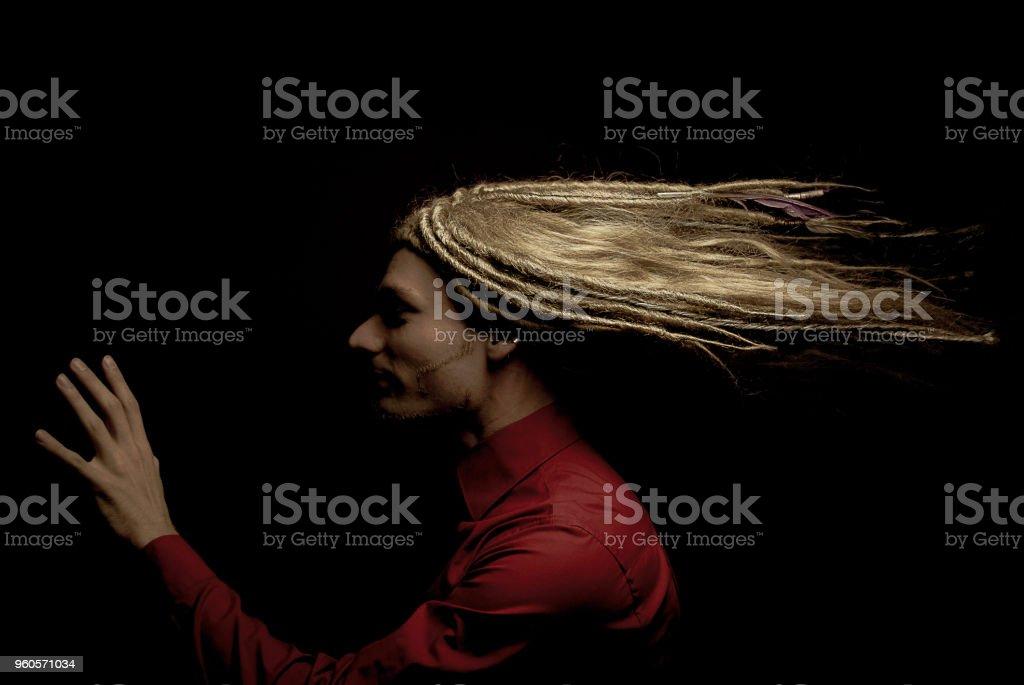 Mann mit Rastazopf – Foto