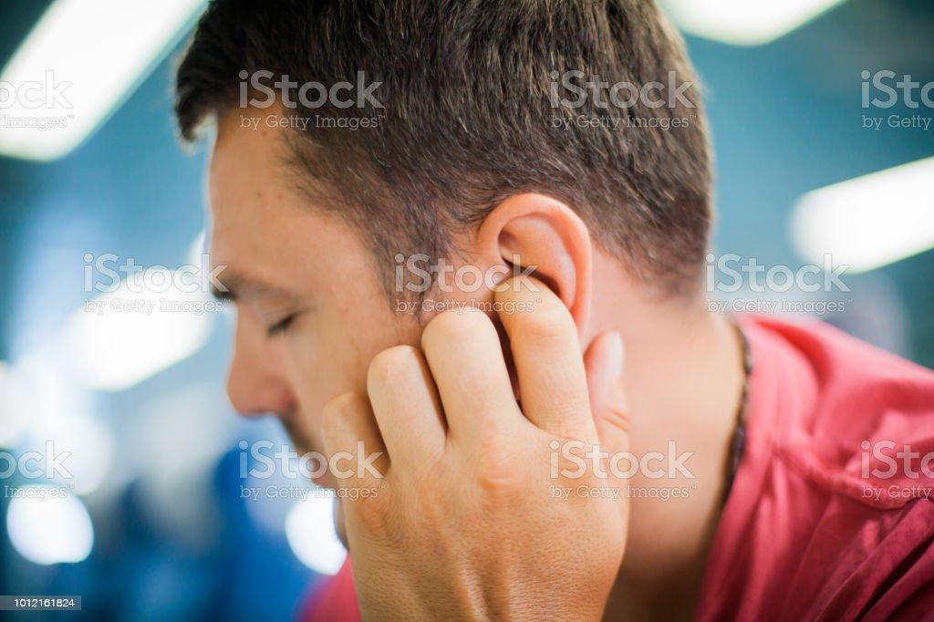 Mann mit Ohrenschmerzen – Foto