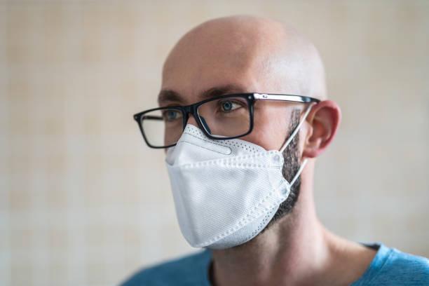 man with face mask - ffp2 imagens e fotografias de stock