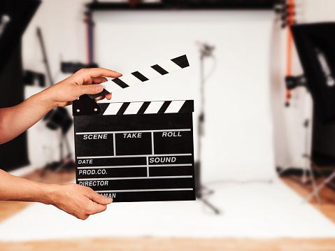 Mann Mit Film Clapper In Studio Stockfoto und mehr Bilder von 2015