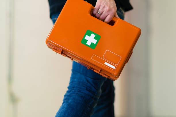 hombre con botiquín de primeros auxilios - primeros auxilios fotografías e imágenes de stock