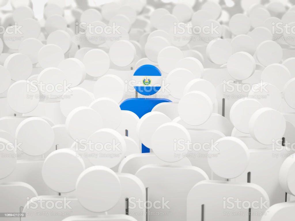 Hombre con la bandera de el salvador en una multitud - foto de stock