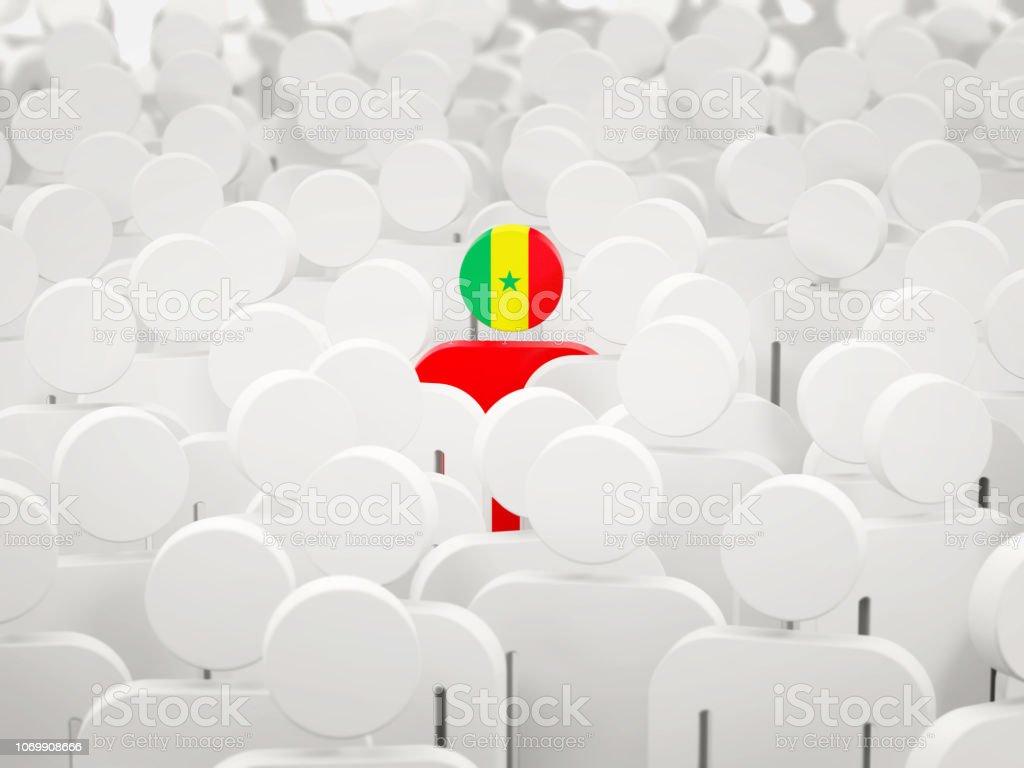 Homem com bandeira do senegal no meio da multidão - foto de acervo
