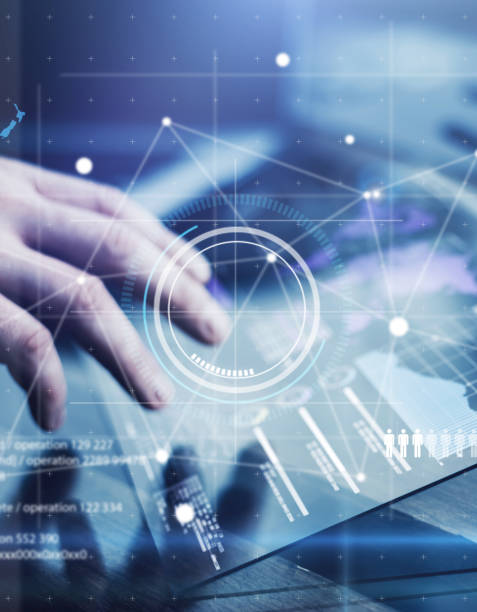 プロジェクトの未来的なデジタルタブレットを持つ男 - 金融と経済 ストックフォトと画像