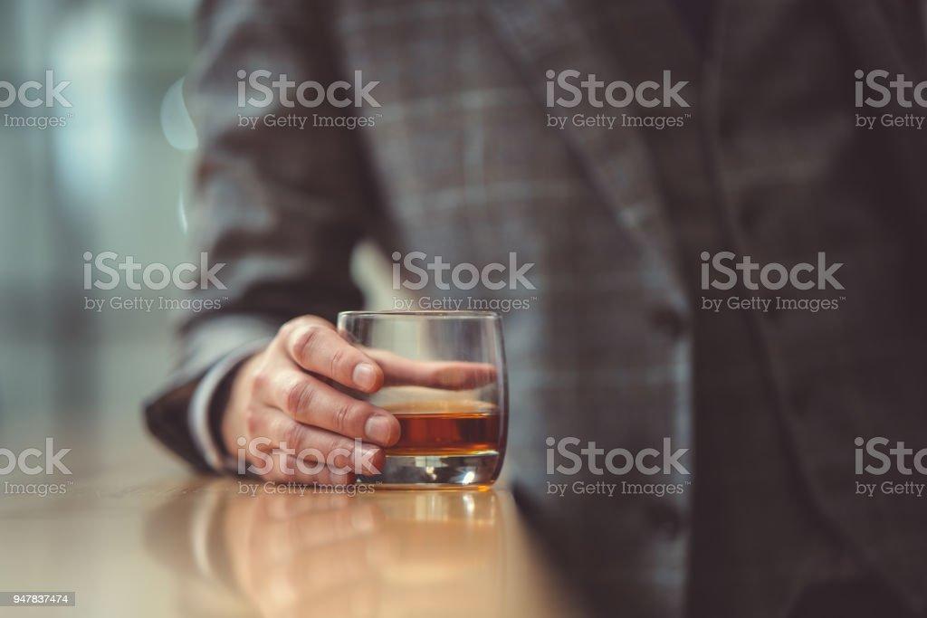 Mann mit Glas – Foto