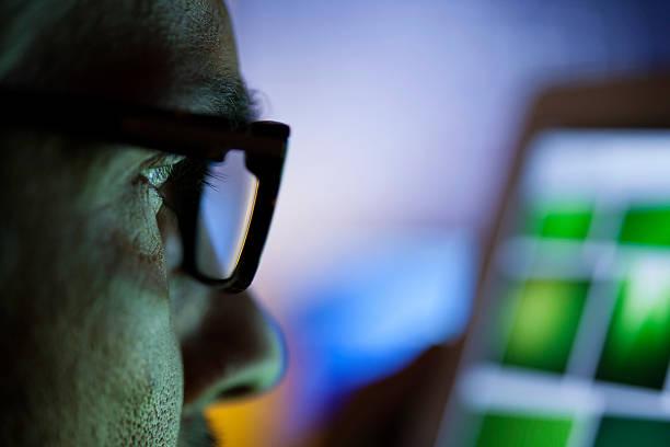 Mann mit Brille mit Tablet-Computer – Foto