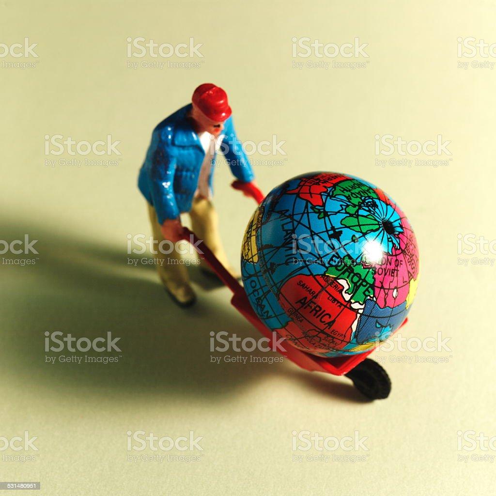 Mann Mit Einem Globus In Schubkarre Stock Fotografie Und Mehr Bilder