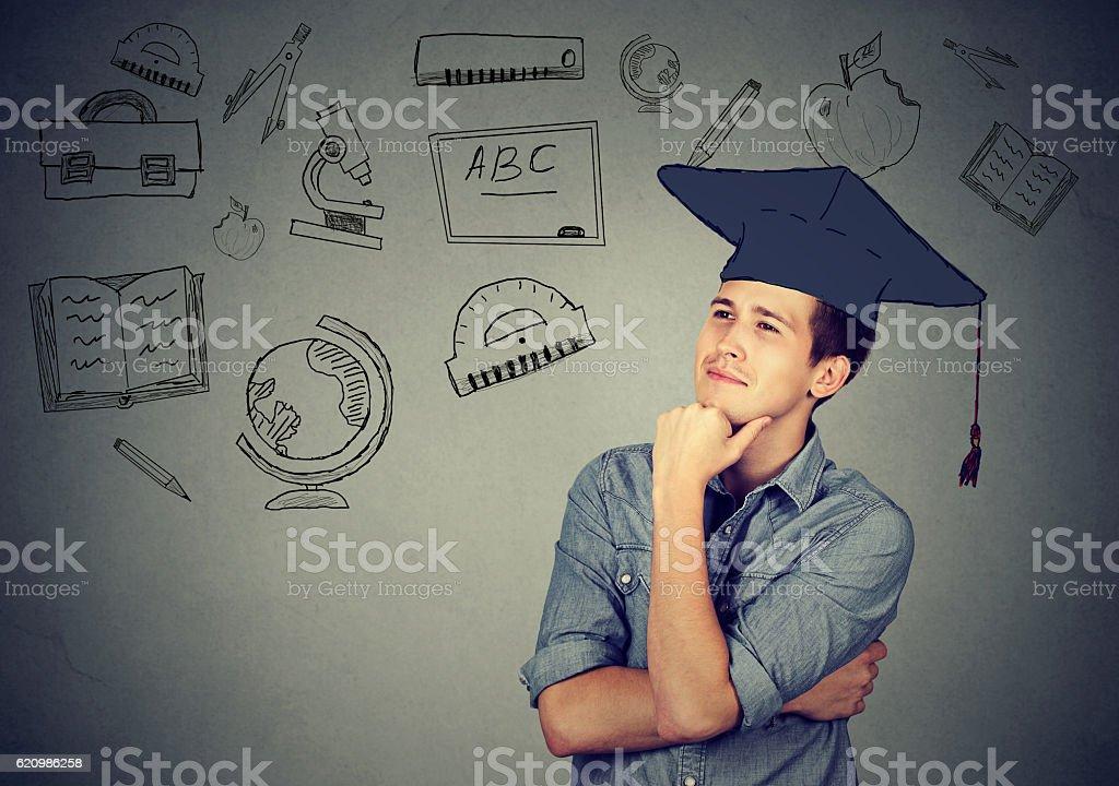 man with graduation hat looking up thinking - Lizenzfrei Akademisches Lernen Stock-Foto