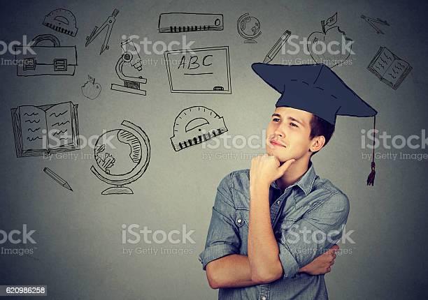 Mann Mit Graduierung Hut Suchen Nach Oben Denken Stockfoto und mehr Bilder von Wahlmöglichkeit