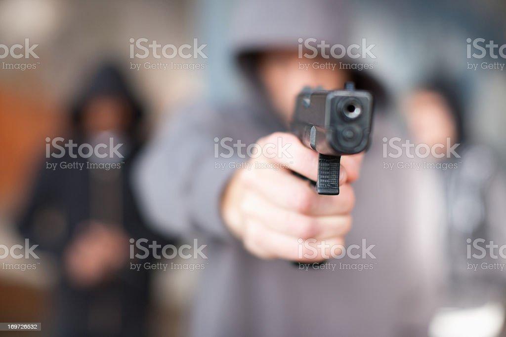 Homem com arma apontada no visor - foto de acervo