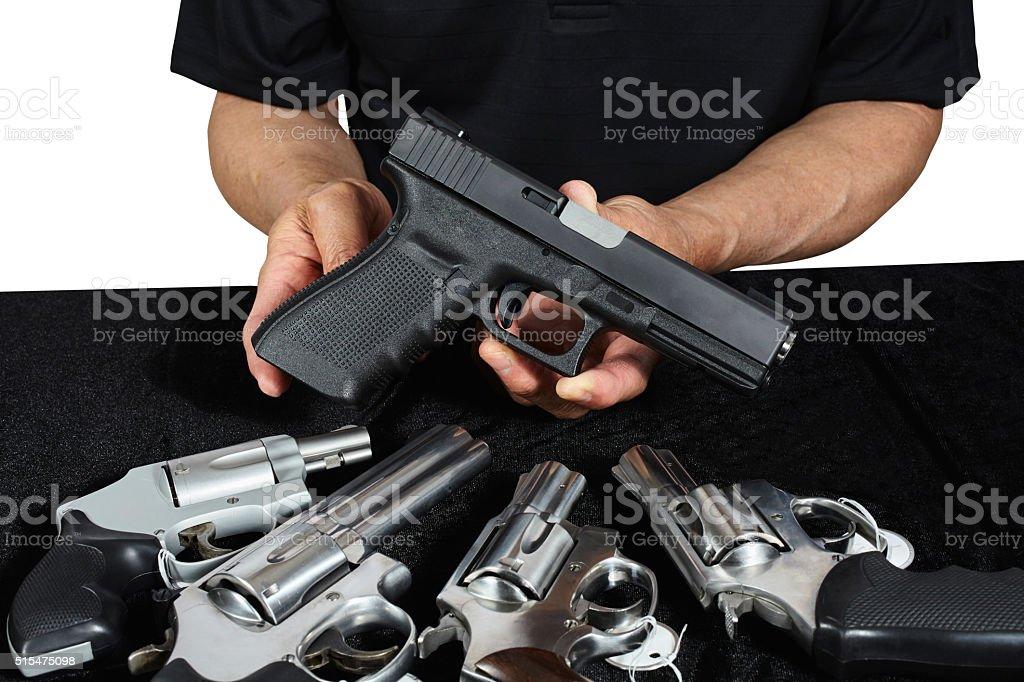 Hombre con pistolas pistolas y P-90 para la venta - foto de stock