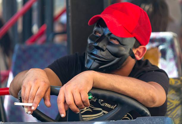 mann mit guy fawkes - guy fawkes maske stock-fotos und bilder