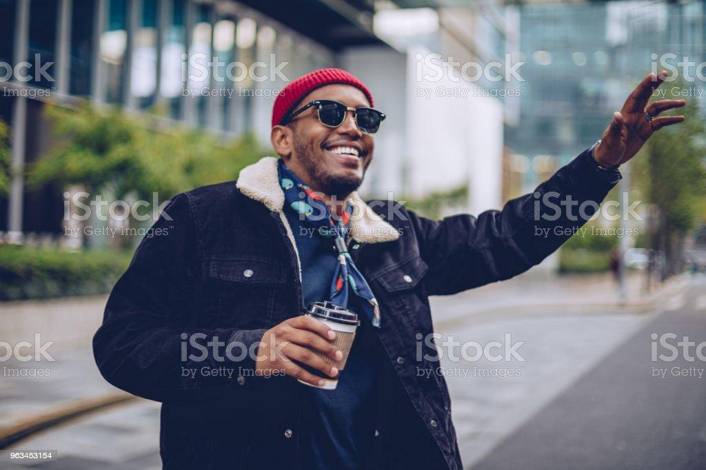 Mannen med hand upp på gatan - Royaltyfri Afrikanskt ursprung Bildbanksbilder