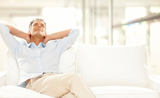 entspannen auf der couch - pailletten shirt stock-fotos und bilder
