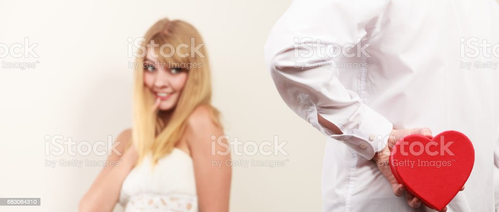 Man with heart shaped gift box for woman. foto de stock royalty-free