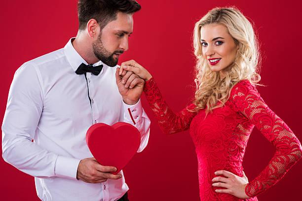 Hombre con heartshape de la mano de mujer sosteniendo - foto de stock