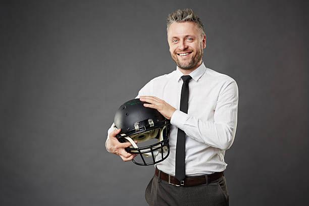 homme avec casque - casque de protection au sport photos et images de collection