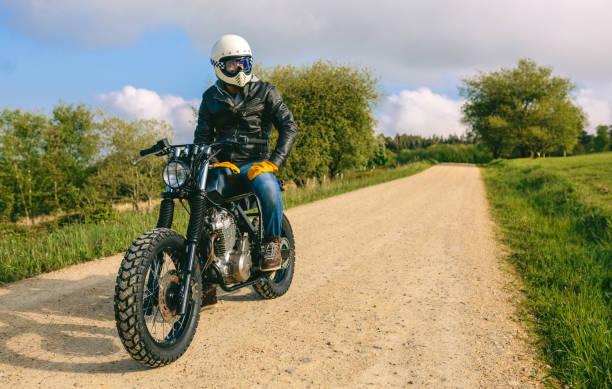 Mann mit Helm fahren benutzerdefinierte Motorrad – Foto