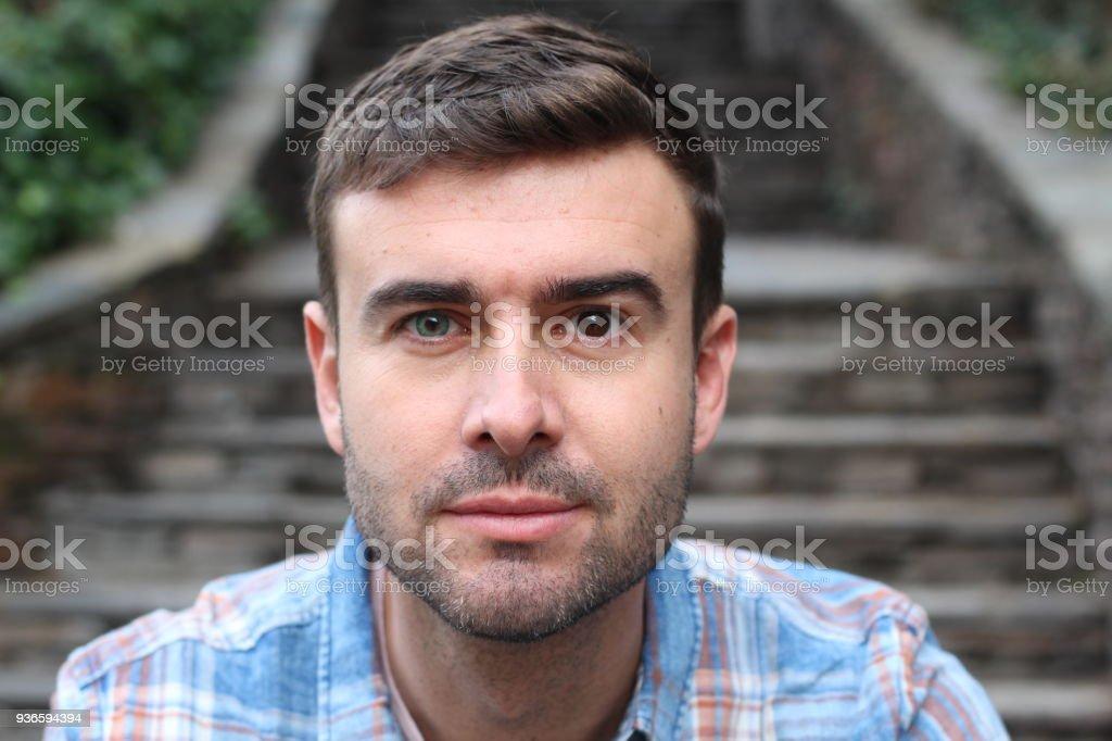 Mann mit Heterochromie (zwei farbige Augen) – Foto