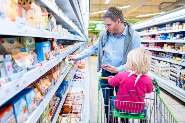 Mann mit seinem Kind in frischer Abteilung des Supermarktes – Foto