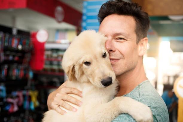 Homme avec son chien en animalerie - Photo
