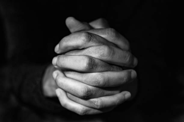 男人用雙手緊握, 在黑白 - prayer 個照片及圖片檔