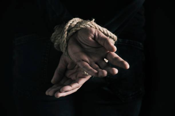 homem com as mãos amarradas atrás de suas costas - atado - fotografias e filmes do acervo