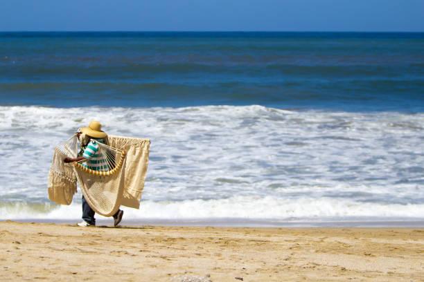 hombre con trabajo informal vendiendo amacas - gerardo huitrón fotografías e imágenes de stock