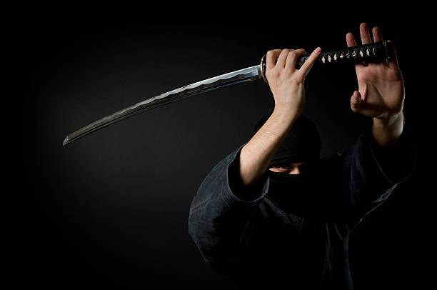 hombre con katana, fondo negro - ninja fotografías e imágenes de stock