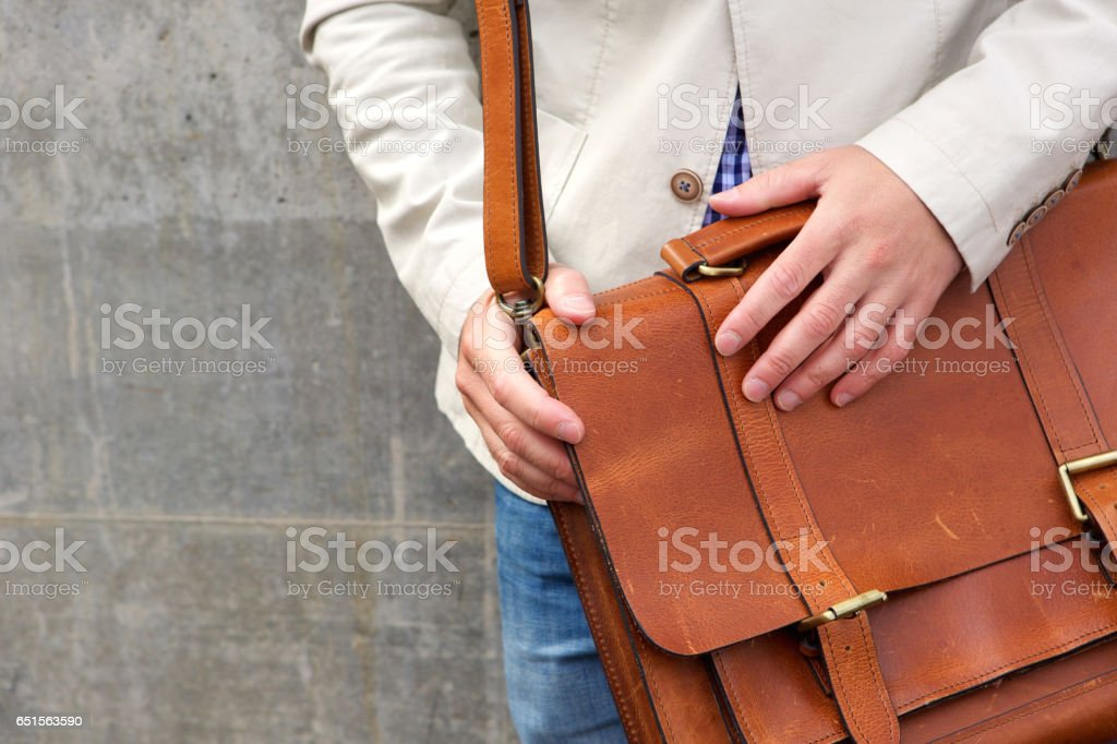 Homem com saco de ombro de couro - foto de acervo