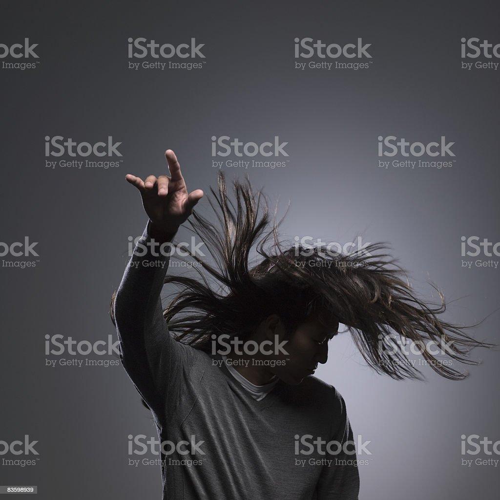 Uomo con capelli lunghi con le mani in alto nell'aria foto stock royalty-free