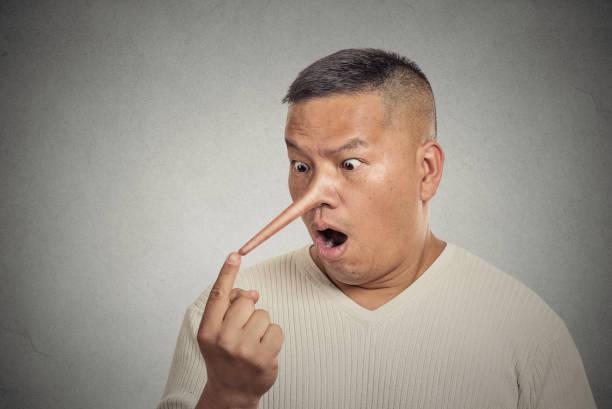 mann mit langer nase. lügner-konzept - wahre lügen stock-fotos und bilder
