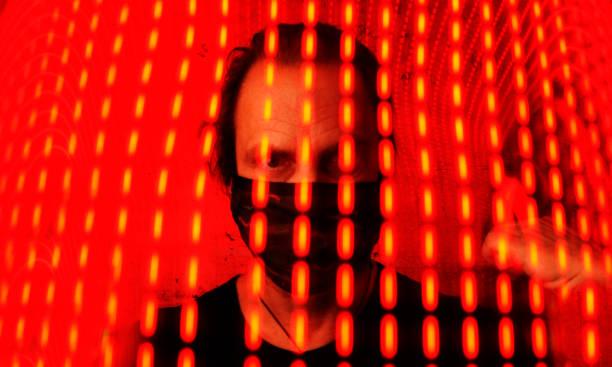 hombre con máscara - lifestyle color background fotografías e imágenes de stock