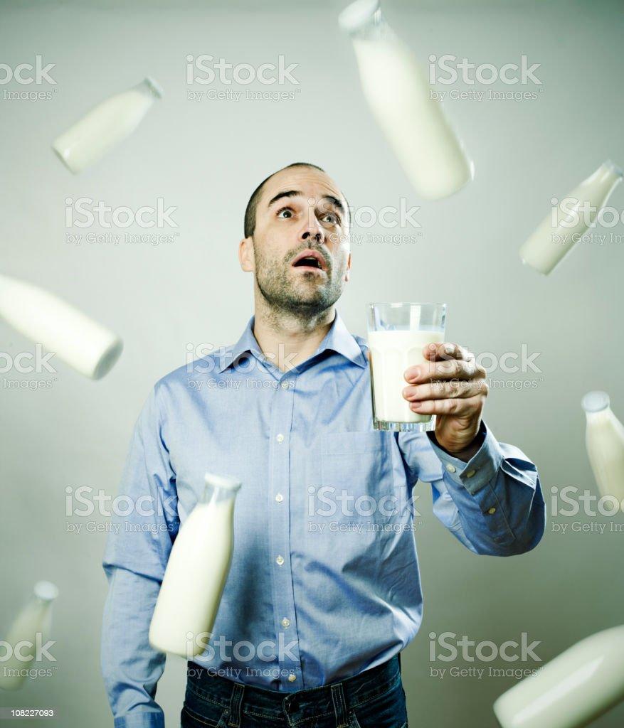 Homme avec du lait pleut en - Photo