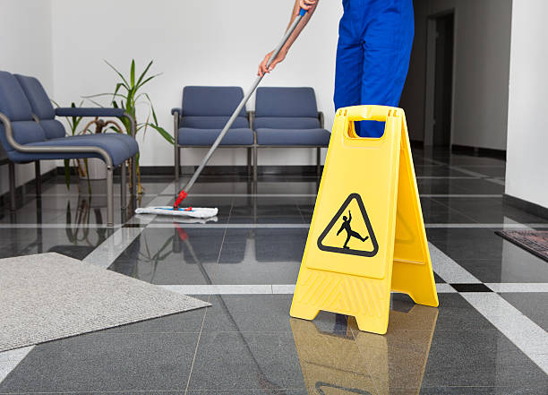 mann mit mop and wet floor sign - bodenwischer stock-fotos und bilder
