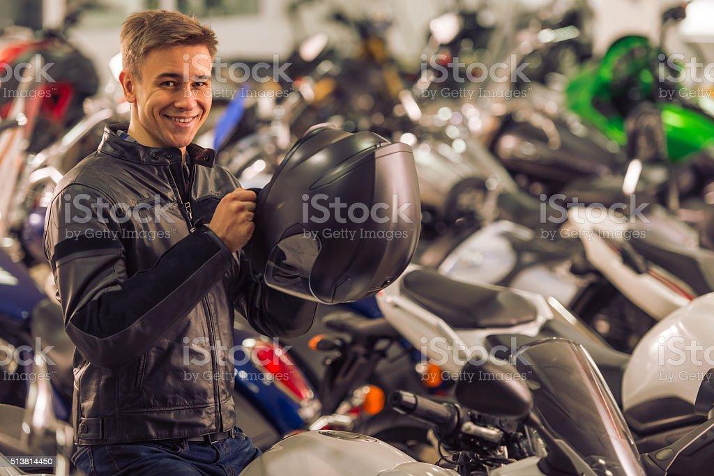 Hombre con una motocicleta - foto de stock
