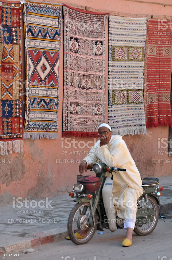 Hombre con moto en el zoco de Marrakech - foto de stock