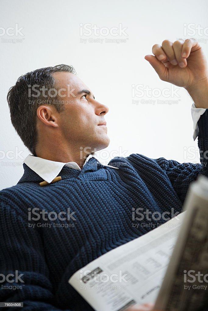 Homem com Jornal foto de stock royalty-free
