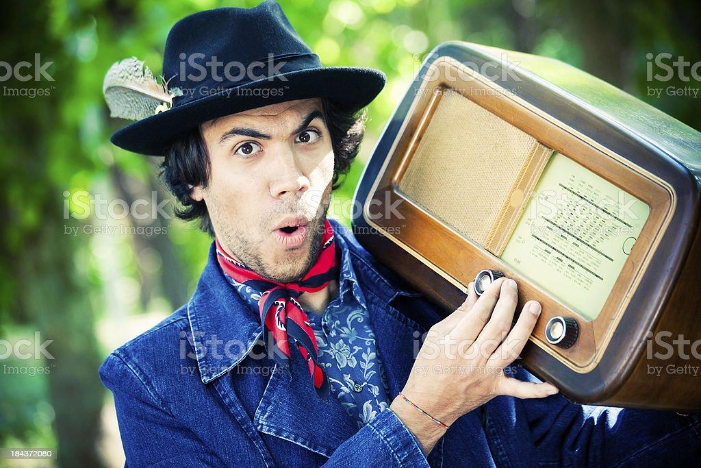 Mann mit alten radio – Foto