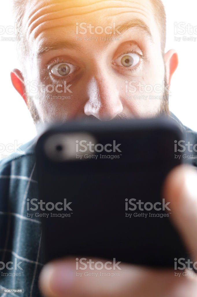 Man with phone with shocked and amazed expression - foto stock