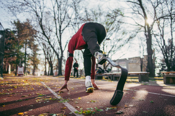 Mann mit Beinprothese auf im freien laufen – Foto