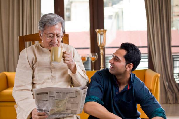 Mann mit Seniorenvater zu Hause – Foto