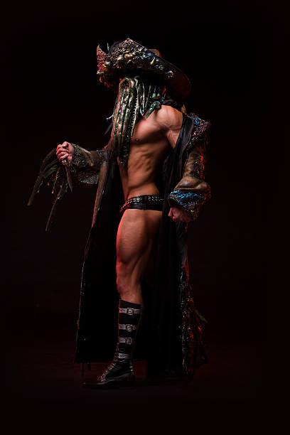 mann mit sexy starke muskulatur körper gekleidet im kostüm-monster - geist kostüm stock-fotos und bilder