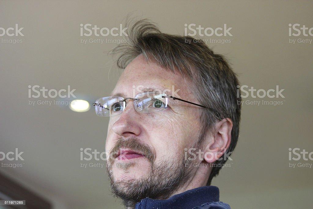 Uomo Con I Capelli Corti Occhiali Barba Giorno Fuori Dalla Finestra