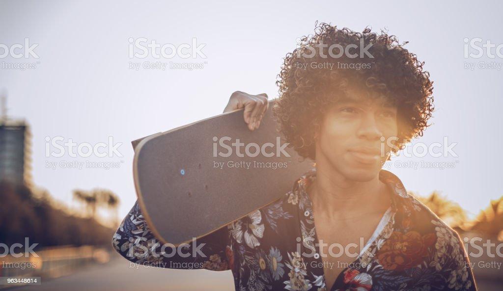 Adam sokakta yürürken kaykay ile - Royalty-free Ayakta durmak Stok görsel