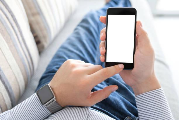 mann mit smart-uhr halten telefon mit isoliertem bildschirm - sinn uhren stock-fotos und bilder